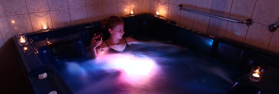 Relaxace ve whirpool vaně v Hotelu u Studánky